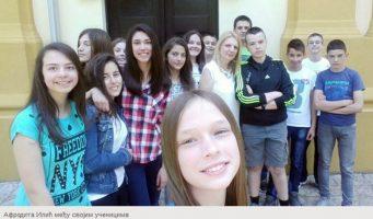 Ученици петицијом бране наставницу
