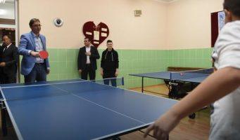 Вучић отворио нову фискултурну салу у Грабовцу, играо стони тенис с учеником