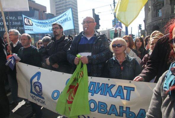 ПРОСВЕТАРИ ШАРЧЕВИЋУ: Или дијалог или следи радикализација протеста