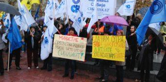 Вучић и Влада гурају просветаре у штрајк